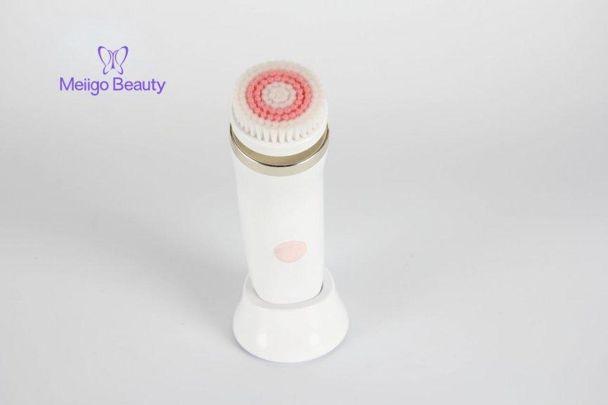 Meiigo beauty sonic facial cleaning brush FC A001 1 866x577 - Face brush with 3 facial cleansing brush heads FC-A001